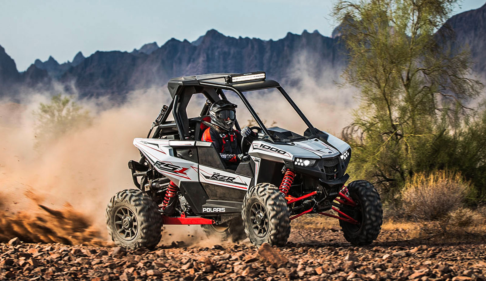 Piloto conduciendo Polaris RZR RS1 sobre pista off-road