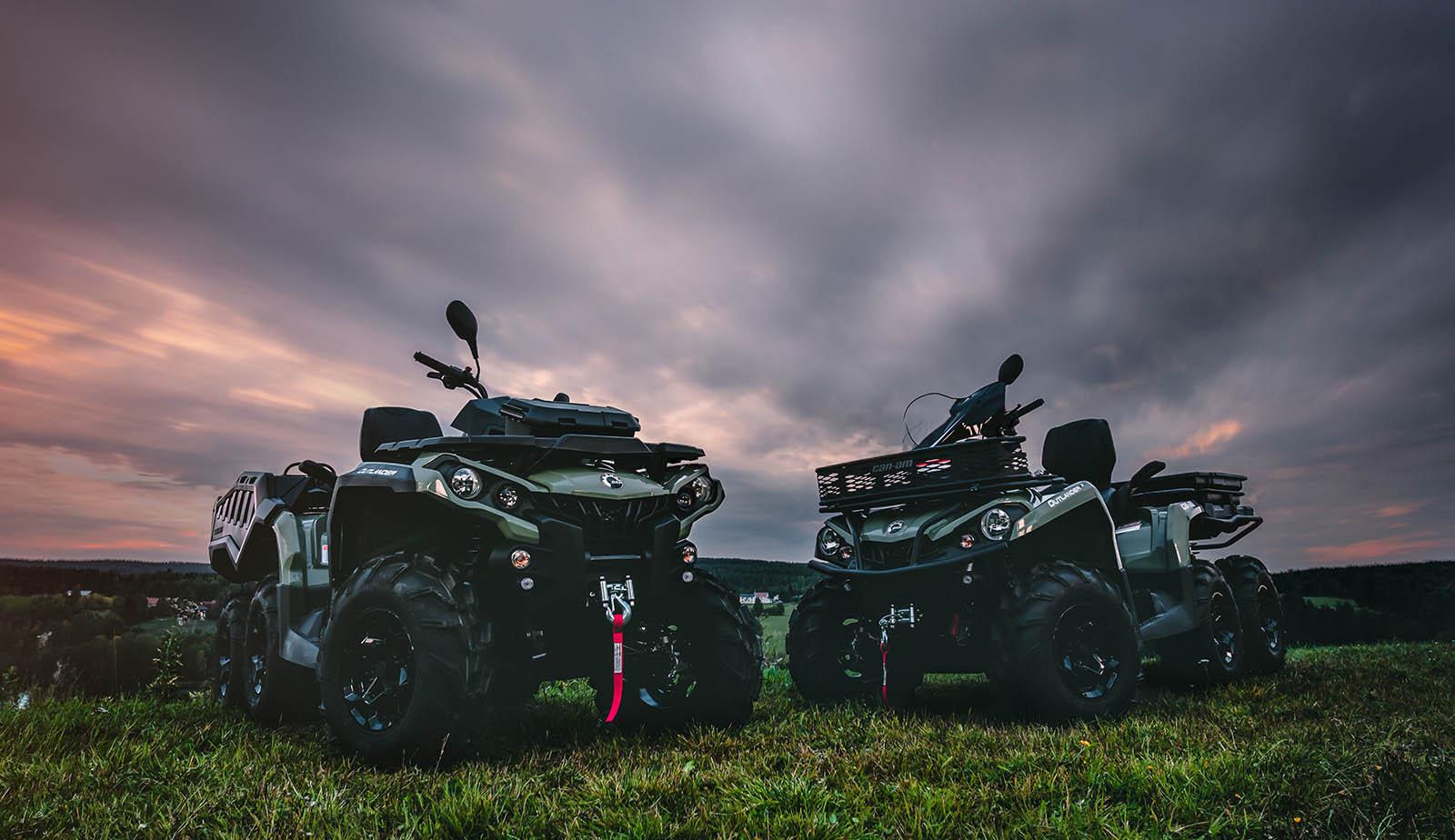 2 ATV Outlander 6x6 de la gama 2019 en exterior