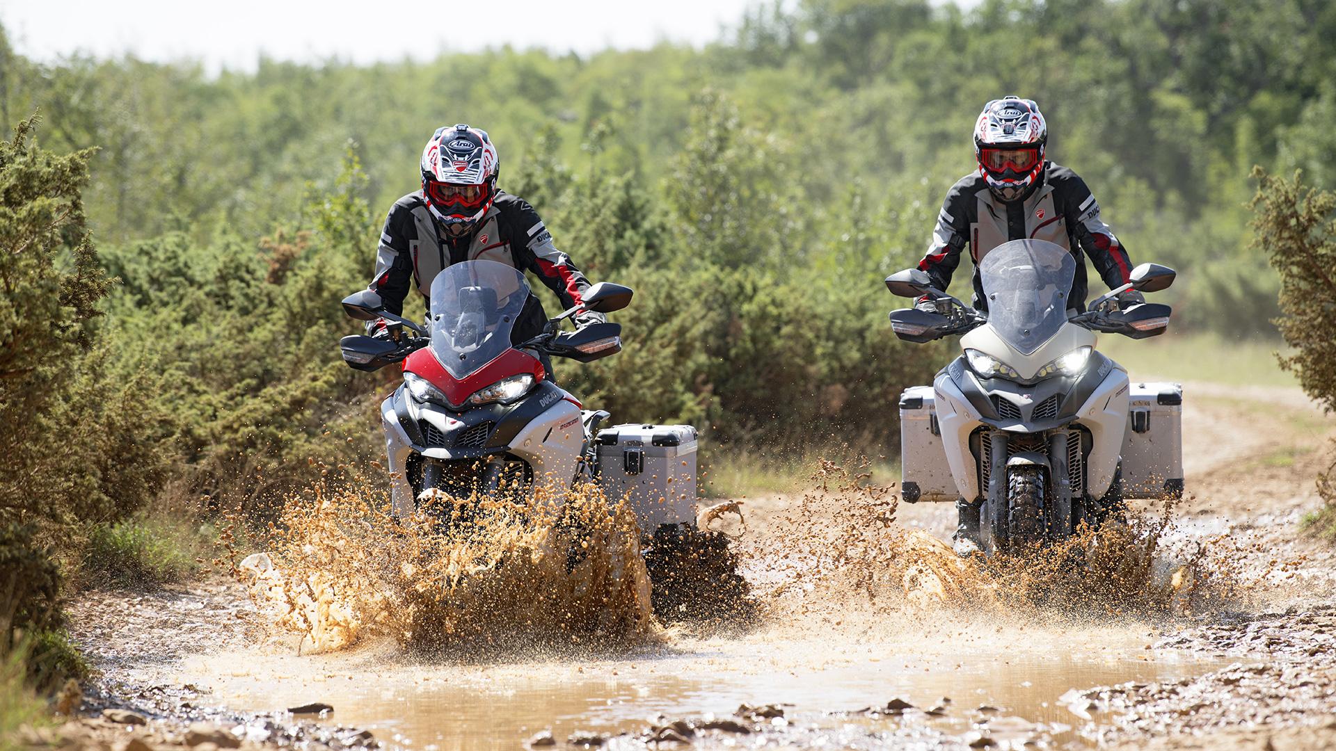 Ducati Multistrada 1200 Enduro cruzando el río