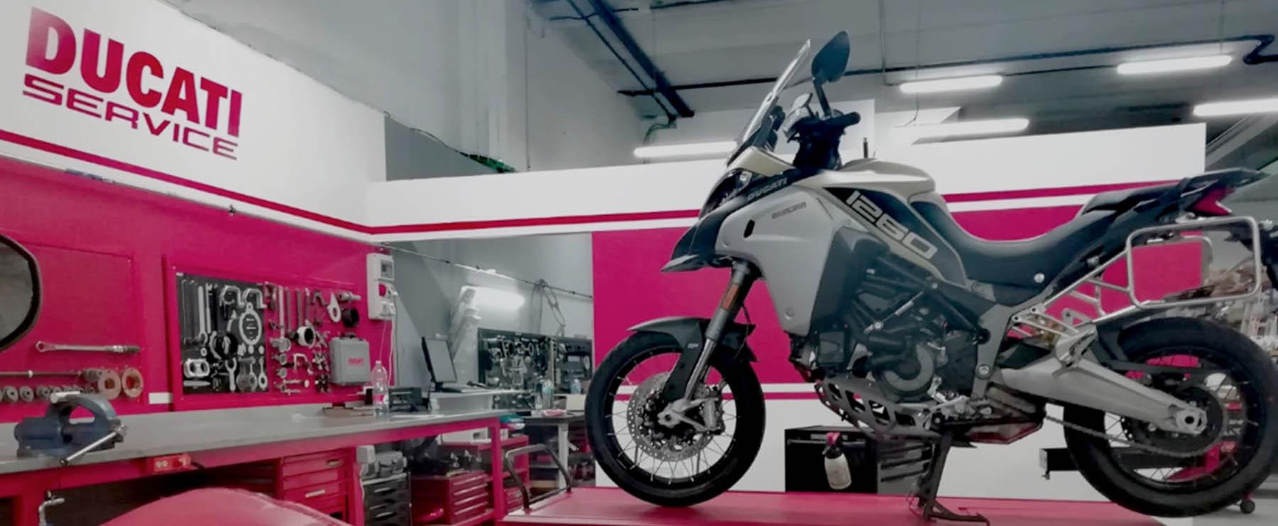 Vista zona taller Ducati en Motoviedo con Ducati Multistrada en el elevador