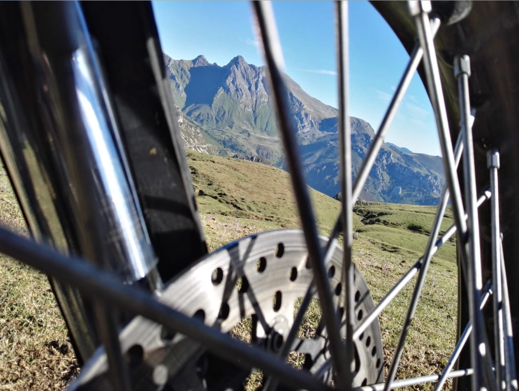 Paisaje de montaña en Asturias a través de una rueda de moto