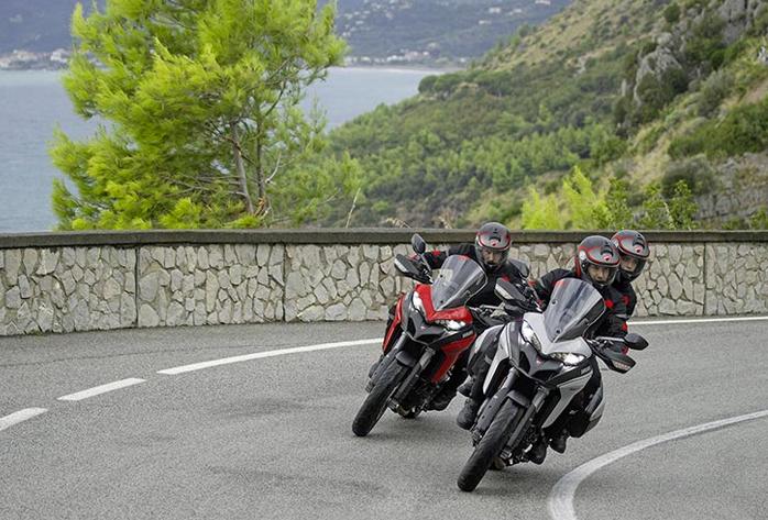 2 Ducati Multistrada 950 circulando en carretera