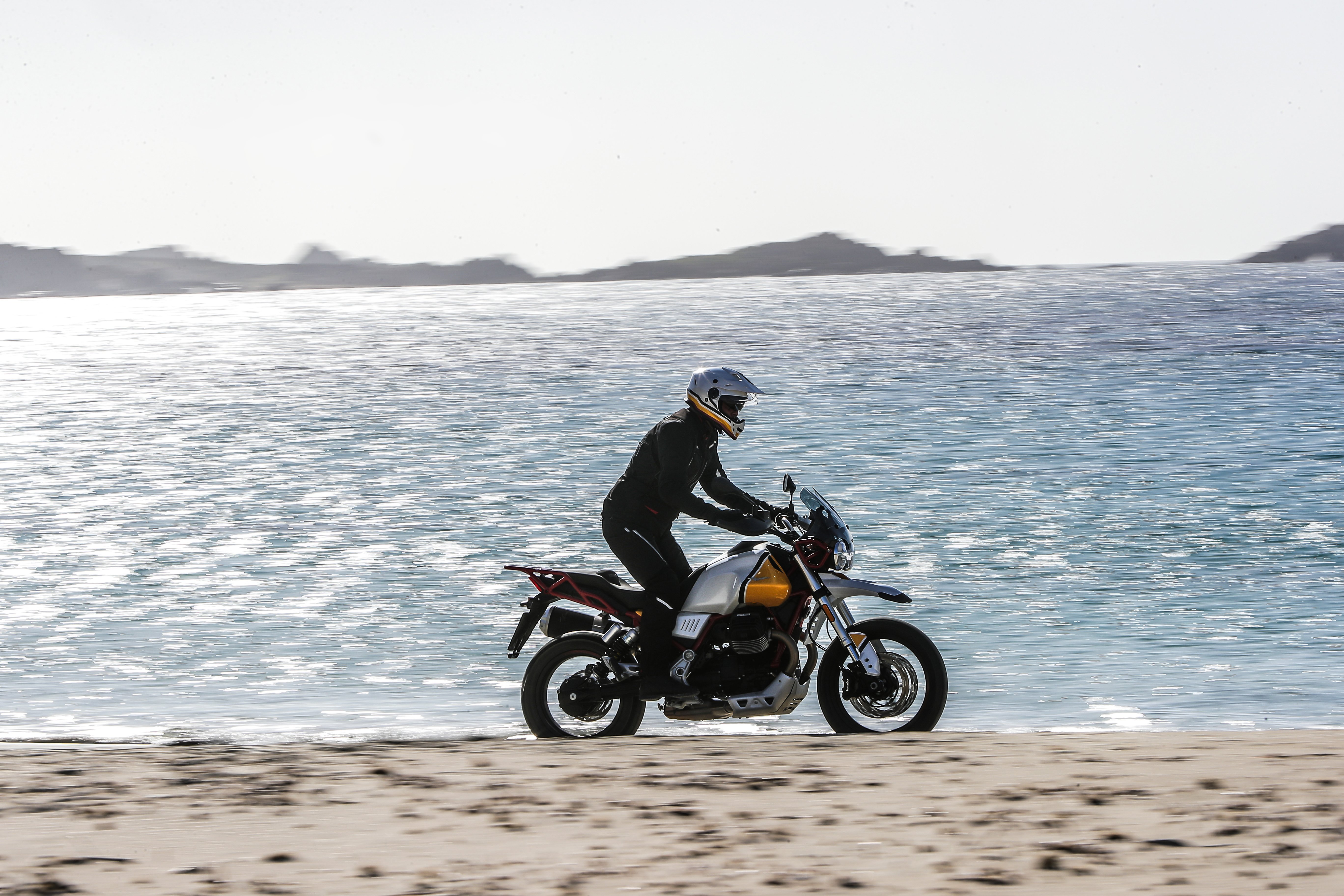 Moto Guzzi V85TT sober la arena